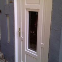 fehér fa ajtó nyitható ablakkal