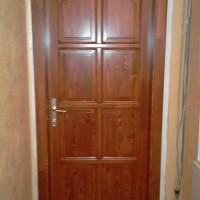 Szamárhátíves fa ajtó panellakásba