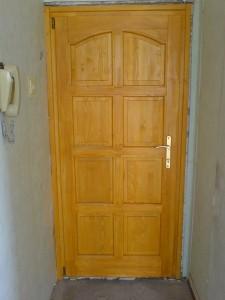Lakótelepi bejárati ajtó