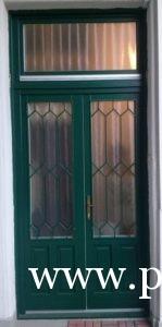 Körfolyosós bérházi ajtó