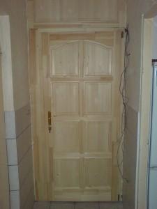 Társasház lépcsőházi bejárati ajtó