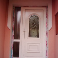 Díszpaneles bejárati ajtó fix oldalpanellel