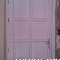 Fehér fabetétes fa ajtó