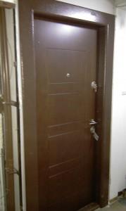 barna fém biztonsagi bejárati ajtó