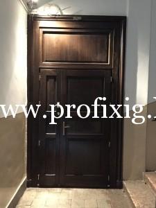 Kifelé nyíló kétszárnyú bejárati ajtó
