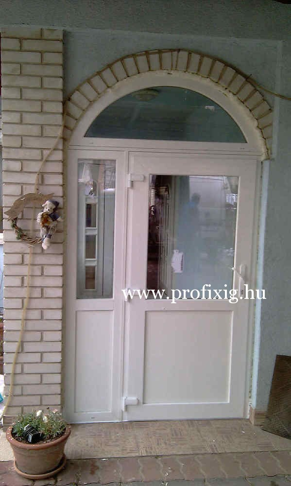 kifele nyíló bejárati ajtó