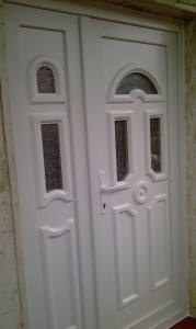 Angolpaneles műanyag bejárati ajtó