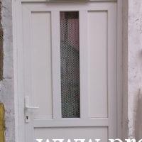 Műanyag bejárati ajtó ablakkal