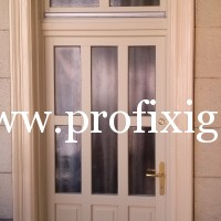 vanília színű bejárati ajtó