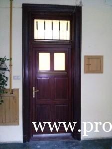 Gangos bérházi ajtó