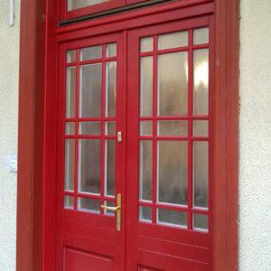 Piros kétszárnyú ajtó